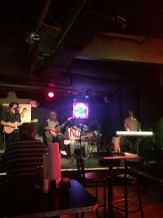 Apresentação de grupo de blues em bar da Beale Street.