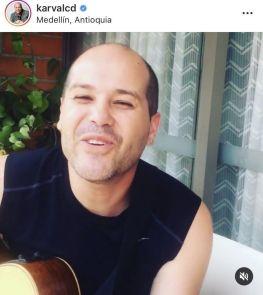 Karval desde su casa tocando guitarra para sus seguidores.