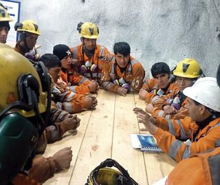 Operadores de equipo pesado de Morococha recibiendo capacitación del supervisor de mantenimiento.