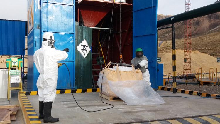 Aruntani recertifica uso de cianuro - Apertura de cajas de cianuro