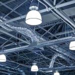¿Qué se debe considerar para una iluminación apropiada en instalaciones industriales?
