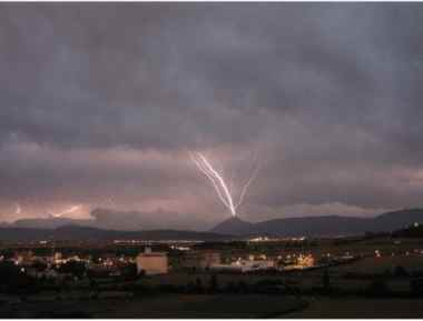 Rayo ascendente iniciado por la torre de telecomunicaciones de la Higa de Monreal (España).
