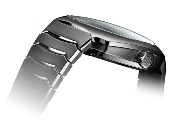 Like the segments of a lobster tail, the integrated stainless steel bracelet and case become one.