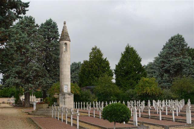 la coutume revint d'honorer les morts au champ de bataille par ces lanternes éclairées (désormais électrifiées)