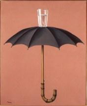 """Dans """"Les vacances de Hegel"""", un verre et un parapluie réunis de façon inattendu, figurent deux attitudes contraires face à l'eau : contenir ou repousser."""