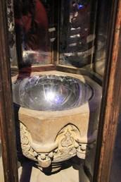 la pensine, sorte de boule de cristal, rend visibles les pensées-souvenirs