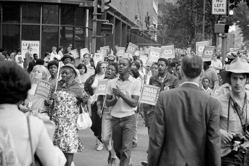 Les méthodes de non-violence active (sit-in, marches de protestation) remportèrent l'adhésion fervente de nombreux Noirs et Blancs libéraux.