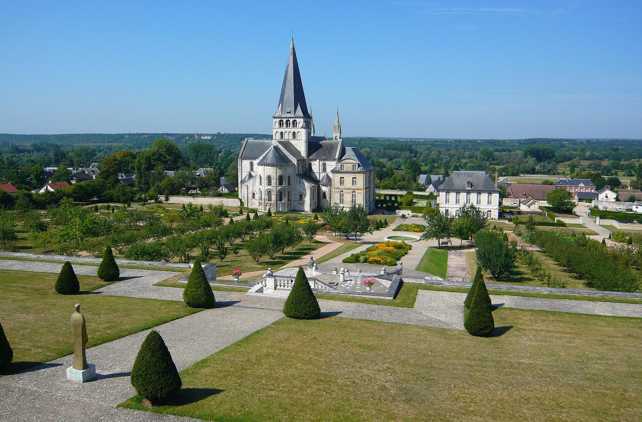 L'Abbaye de Saint Georges de Borscherville, haut lieu de l'art roman et Jardins à la Française comme au XVIIe siècle.