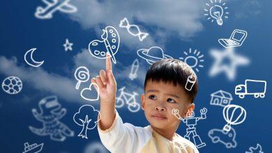 Enfant jouant avec des images