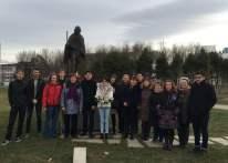 Hommage à Gandhi par les membres de Nouvelle Acropole, Place de l'Étoile à Strasbourg