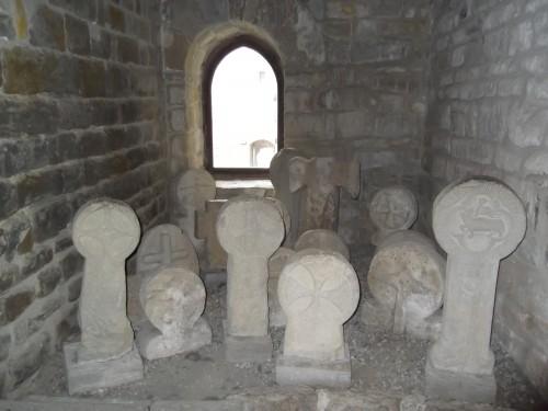 Fig 3 : Croix funéraires (XIIIe siècle – passage)