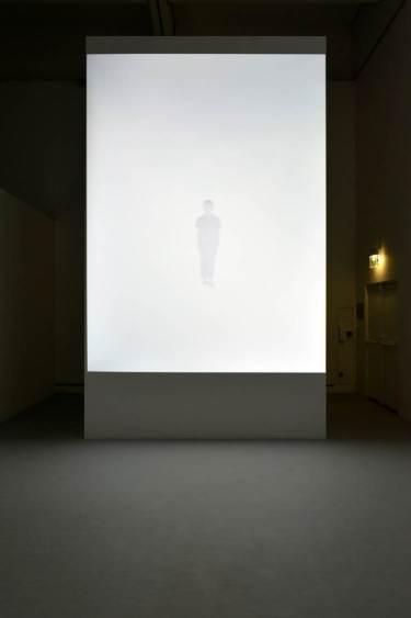 Fig.3 : Traverses (2002), exposition « Entrevoir. Robert Cahen », © Nicolas Fussler.