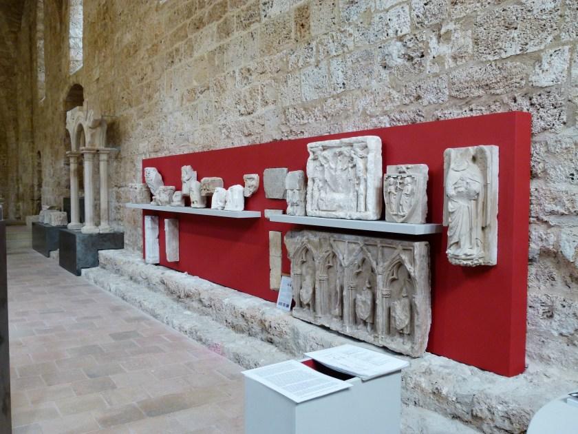 Fig. 5 : Le « mur rouge » et la présentation de fragments lapidaires © Daniel Kuentz