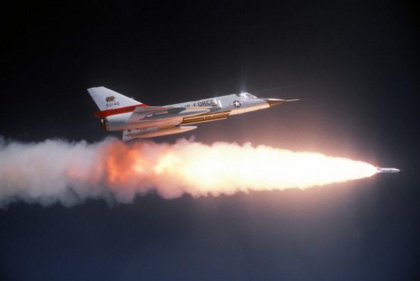 L'avion de chasse : horizon 2050. Un siècle de combat à la vitesse du son et de l'électronique
