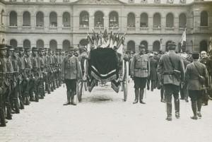 Le char funéraire dans la cour d'honneur des Invalides, 14 juillet 1915