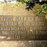 Plaque commemorating the designer of the central fountain, Diego de Porres (photo by Rudy Girón)