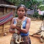 Niña y su gato (Santa Catalina La Tinta) —Olga Morales