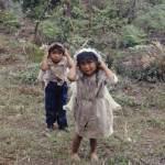 Niños acarreando agua (Jocotán, Chiquimula) —Angel M. Iturbide C.
