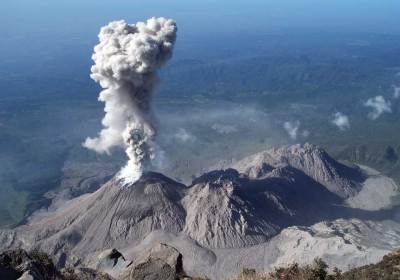 Santiaguito consists of four domes (from left to right): El Caliente (erupts 10-20 times daily), La Mitad, El Monje, El Brujo (photo: R.W. Sanderson)