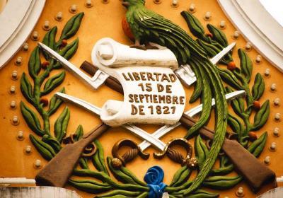 Posición/Position: 2do lugar / 2nd place Premio/Prize: 3 botellas de vino La Chamiza / 3 bottles of wine La Chamiza Tema/theme: Patriotismo guatemalteco / Guatemalan Patriotism Título/title: Símbolos Patrios Lugar/place: Edificio de Correos zona 1, Ciudad de Guatemala Autor/author: Vilma Salazar