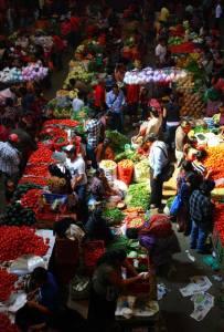 Posición/Position: 1er lugar / 1st place  Premio: 1 vale por Q300 para comer en El Cazador Italiano Tema/theme: Mercados de Guatemala / Markets in Guatemala Título/title: Sunday Food Market in Chichi Lugar/place: Chichicastenango, Quiché Autor/author: David Currier