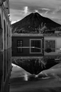 Posición/Position: Mención honorífica / Honorable mention Tema/theme: Volcanes de Guatemala / Volcanoes in Guatemala Título/title: Reflejo Lugar/place: La Antigua Guatemala Autor/author: Camilo Sarti
