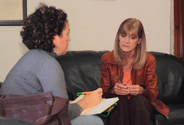 Mayor Ascencio (right) discusses current issues with Revue correspondent Julie López.