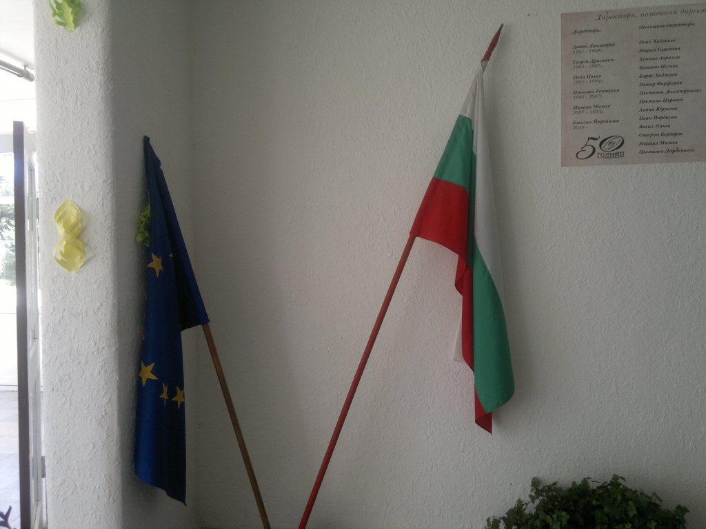 16 The EU and Bulgarian flags