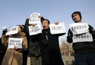 Family members of the victims of a milk scandal demand justice outside the Shijiazhuang Intermediate Peoples court, Jan. 22, 2009.