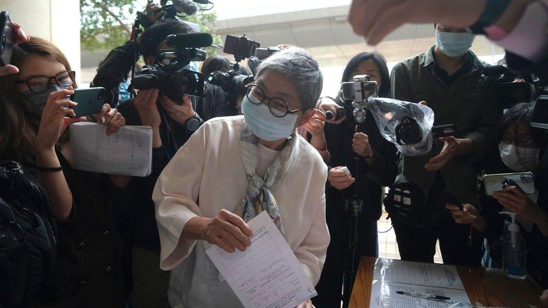 2021年4月16日,大律师吴霭仪到达香港法庭。 (美联社)