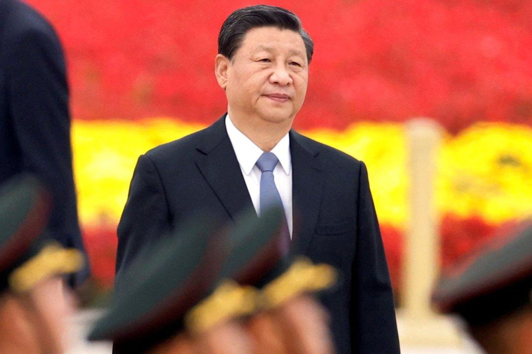 2021 年 9 月 30 日,习近平抵达北京天安门广场人民英雄纪念碑参加烈士纪念仪式。 (路透社)