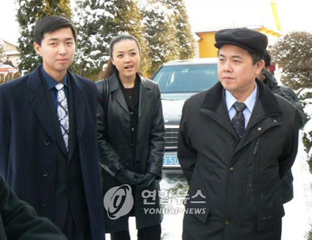 资料图:朝鲜已故领导人金正日同父异母的弟弟金平日(右),图片摄于2007年。韩联社
