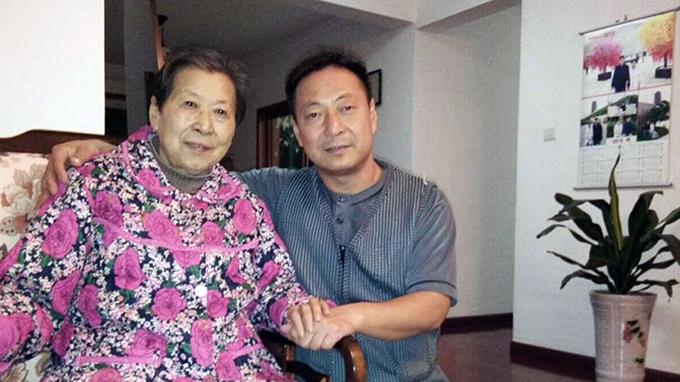中国异议人士郭泉与母亲顾潇合影(推特图片)