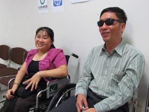 Hai cử nhân người khuyết tật Việt Nam