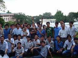 Giáo sư Phạm Minh Hoàng (Đứng, thứ hai từ phải) cùng các bạn sinh viên. Photo courtesy of TudoPhamMinhHoang Blog.
