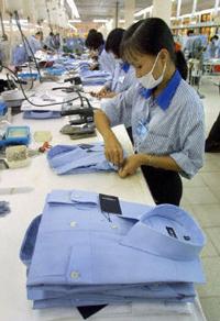Nữ công nhân trong một xưởng sản xuất quần áo may sẵn để xuất khẩu ra nước ngoài. AFP