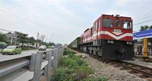 Xe lửa đang hướng về trung tâm của Hà Nội trên đường sắt Bắc-Nam  hôm 20/04/2010. AFP PHOTO / HOANG DINH NAM.