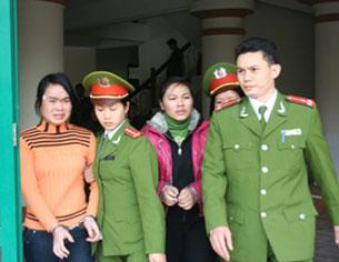 Nữ sinh Nguyễn Thị Hằng  và nữ sinh Nguyễn Thị Thanh Thúy