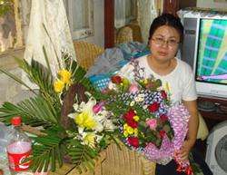 LS. Lê Thị Công Nhân khóc khi nhận những bó hoa của bạn bè gởi đến sau khi cô ra tù.