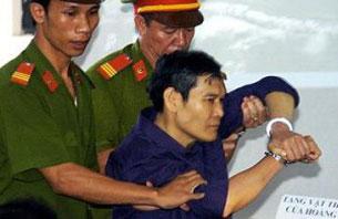Cha Nguyễn Văn Lý khi bị đưa ra tòa. RFA file