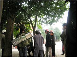 Một người lính cùng gia đình trong đoàn biểu tình hôm 4-3-2010. Hình do thính giả gửi đến RFA.
