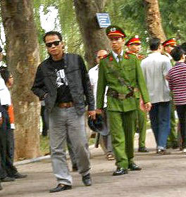 """blogger Người Buôn Gió  bị bắt với lý do """"gây rối trật tự công cộng"""" khi đang đi dạo ở Hồ Gươm."""