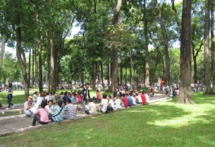 Sáng 19 tháng 6, 2011 ở Saigon, hàng trăm người đã đến ngồi rải rác quanh khu vực nhà thờ Đức Bà.