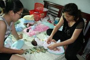 Chị Liên vợ Anh Ba SG (Phan Thanh Hải) cùng với cháu gái lớn chăm sóc bé Phan Khôi