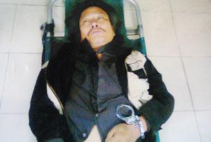 Anh Trịnh Xuân Tùng bị còng tay đánh gẫy cổ, vào đến nhà thương công an vẫn không cho tháo còng