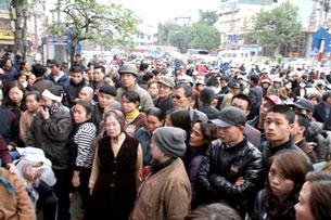 Tắc đường kẹt xe trong ngày tang lễ anh Trịnh Xuân Tùng bị trung tá công an đánh đến chết.