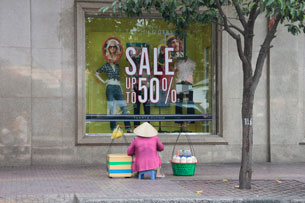 Cửa hàng bán giảm giá.  Ảnh minh họa RFA