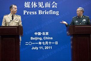 Đô đốc Mỹ Mike Mullen và Tổng tham mưu trưởng quân đội Trung Quốc - Tướng Trần Bỉnh Đức trong cuộc họp báo  tại Bắc Kinh. (07-11-2011). AFP