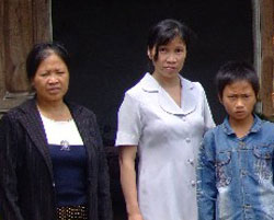 Chị Hồ Thị Bích Khương (aó trắng) con trai Nguyễn Trung Đức và bà chị Hồ Thị Lan ảnh chụp năm 2009 sau đó chị bị bắt giam đến nay. Source Blog HungViet