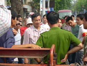 Tiến sĩ Nguyễn Quang A (áo sọc) bị công an ngăn cản trong cuộc biểu tình chống Trung Quốc hôm 17-07-2011 tại Hà Nội. Citizen photo
